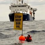 """Um protesto forçou a Petrobras a suspender estudos sísmicos na bacia de Raukumara. Com cartazes com dizeres como """"pare com o petróleo em águas profundas"""", manifestantes pularam na água para bloquear o barco Orient Explorer, da empresa brasileira."""