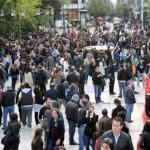 """[Grécia] """"Que não nos acostumemos com a morte"""": Manifestação a poucas horas após o suicídio de um aposentado em frente ao Parlamento"""