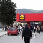 [Grécia] Volos: cidadãos protestam fora da Lidl pedindo a distribuição de alimentos ao povo