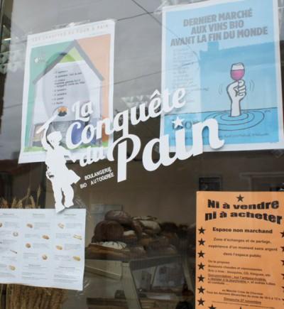 """""""La conquête du pain"""" trata-se de uma padaria autogestionada na periferia de Paris onde nove pessoas elaboram baguetes, croissants e bolos de chocolate."""
