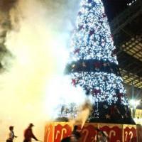 [Chile] Árvore de natal gigante é incendiada em Santiago; um jovem é detido por tentativa de homicídio