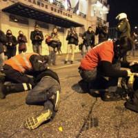 [Grécia] Consecutivas investidas policiais contra manifestantes antifascistas, paralelas à realização de concentração e passeata por neonazistas