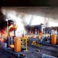 [Grécia] Manifestantes incendeiam pedágio nos arredores de Atenas