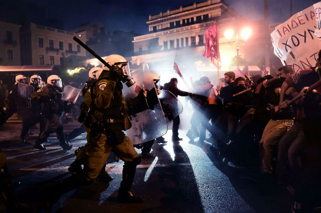 grecia-milhares-de-pessoas-desaf-1.jpg