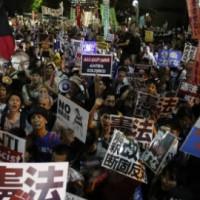 [Japão] Sob protesto antimilitarista da população, governo japonês muda a política de defesa do país