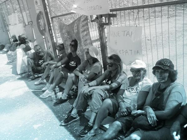 grecia-mulheres-se-acorrentam-ao-1