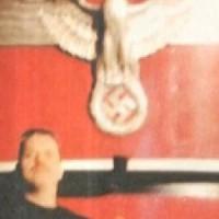 [Grécia] O chefe de Polícia de Hydra aparece em uma foto fazendo a saudação fascista