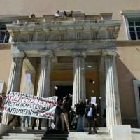 [Grécia] Vídeo: Anarquistas invadem Parlamento grego em solidariedade à greve de fome de prisioneiros políticos