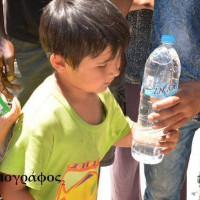 [Grécia] Atenas: Distribuição de água, alimentos e roupas para os refugiados no Campo de Marte