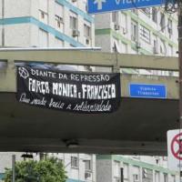 Faixa em solidariedade com Mónica e Francisco é estendida em viaduto de Porto Alegre (RS)