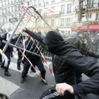 [França] Apesar da proibição, milhares de pessoas manifestam-se em Paris contra a COP21