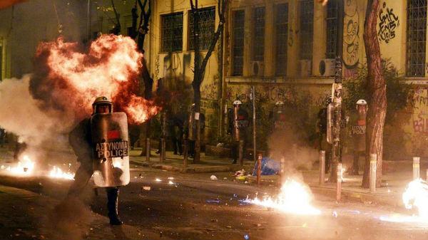 grecia-um-6-de-dezembro-de-fogo-em-memoria-de-al-1