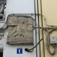 [Espanha] Cabos, luzes e aparelhos de ar condicionados tapam placas da República em Valência