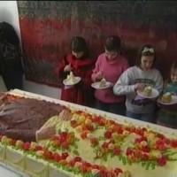 [Rússia] Vídeo de crianças comendo bolo em forma de Lenin viraliza nas redes