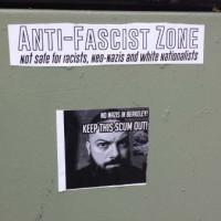 [EUA] Patrulha antifascista e cobrindo cartazes neonazistas em Berkeley