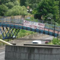 [França] Em Lyon, bandeirolas em solidariedade com os anarquistas e antifascistas presos na Rússia