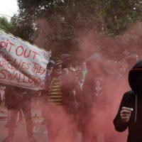 [Reino Unido] Anarquistas mascarados entram em conflito com a polícia durante marcha até a casa de Boris Johnson