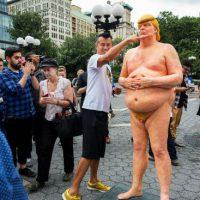 Coletivo anarquista espalha estátuas de Donald Trump nu pelos EUA