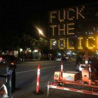 [EUA] Denver: sinal de trânsito hackeado com mensagem antipolícia