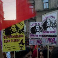 """[Turquia] Protesto em Istambul pelo crime da jovem trans: """"Hande Kader está aqui, onde estão seus assassinos?"""""""