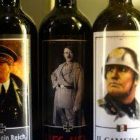 """[Alemanha] Autoridades alemãs confiscam garrafas de """"vinho do Führer"""" com rosto de Hitler"""