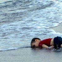 [Europa] Um ano após foto icônica, 423 crianças morreram no mar