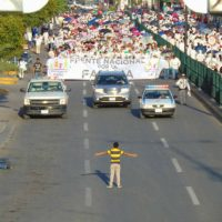 [México] Menino tenta travar multidão que protestava contra casamento gay