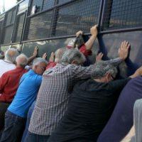 [Grécia] Vídeo: Idosos gregos tentam virar ônibus da polícia em ato contra corte de aposentados
