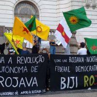 [Rio de Janeiro-RJ] Manifestantes se reúnem na Cinelândia em ato de apoio à Rojava