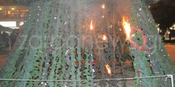 grecia-arvore-de-natal-incendiada-por-anarquista-1