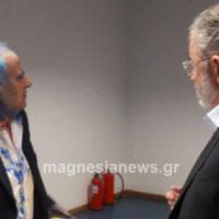 [Grécia] Volos: Anarquistas jogam tinta no presidente da companhia petroleira Petróleo Grego em ato na Universidade de Tessália