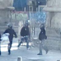 """[Grécia] Vídeo: Fascistas-galinhas com capacetes atacam uma faixa sobre o """"acidente"""" que vitimou um trabalhador da Mikel e se alegram"""