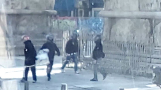 grecia-video-fascistas-galinhas-com-capacetes-at-1