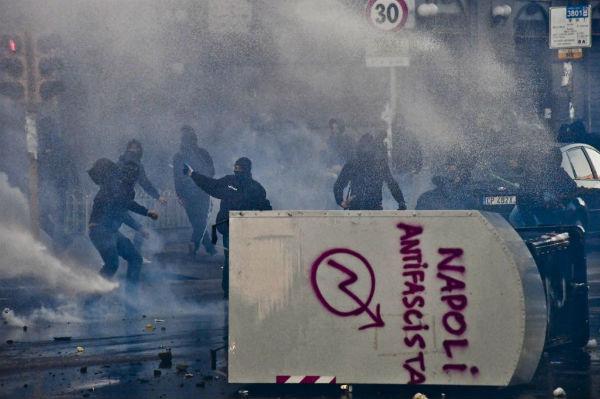 italia-em-napoles-protesto-contra-visita-do-lide-1