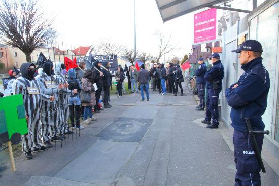 polonia-anarquistas-protestam-em-frente-a-embaix-1