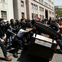[EUA] Duros confrontos entre antifascistas e grupos neonazistas em Berkeley, Califórnia