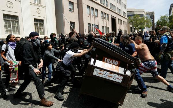 eua-duros-confrontos-entre-antifascistas-e-grupo-1