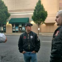 [EUA] Modesto, CA: Skinheads neonazis são saudados pela segurança de Ann Coulter e pela polícia