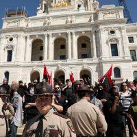 [EUA] Neo-nazistas fogem do Capitólio de Minnesota após serem enxotados por sindicalistas e antifascistas