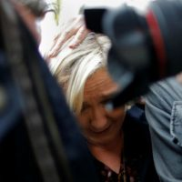[França] Vídeo: Presidenciável da extrema-direita, Marine Le Pen, é recebida com ovos na região da Bretanha