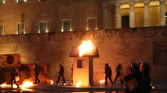 grecia-em-meio-a-confrontos-parlamento-grego-apr-1