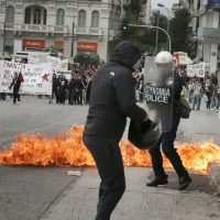 [Grécia] Vídeo: Anarquistas atacam a polícia antidistúrbio fora do parlamento grego, em Atenas