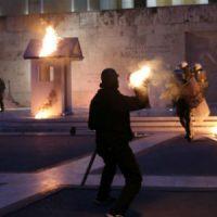 [Grécia] Vídeo: Anarquistas tentam invadir o parlamento grego durante o segundo dia de revoltas anti-austeridade