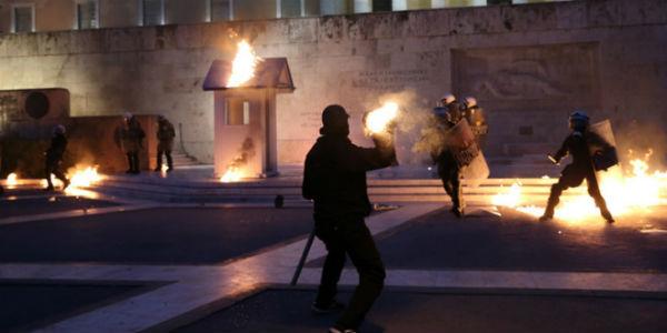 grecia-video-anarquistas-tentam-invadir-o-parlam-1