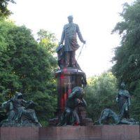 [Alemanha] Atacados com pintura monumentos a Bismarck contra a cúpula do G-20 e o colonialismo