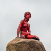 [Dinamarca] Copenhague: Estátua da Pequena Sereia é atacada com tinta por ativistas anti-caça às baleias