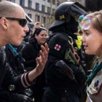 [República Tcheca ] Escoteira encara neonazista durante ato em Brno