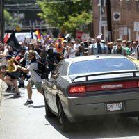 [EUA] Homem atropela manifestantes antifascistas em Charlottesville e deixa um morto e dezenas de feridos