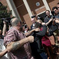 [EUA] Jason Kessler, organizador dos protestos neonazistas em Charlottesville, por pouco não é linchado em praça pública