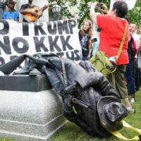 [EUA] Manifestantes derrubam estátua de soldado confederado na Carolina do Norte